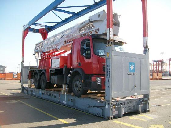 Camión cargado sobre un contenedor Flat Rack