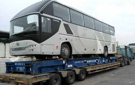 Autobús cargado sobre un contenedor Flat Rack