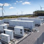 Parque eólico con contenedores marítimos