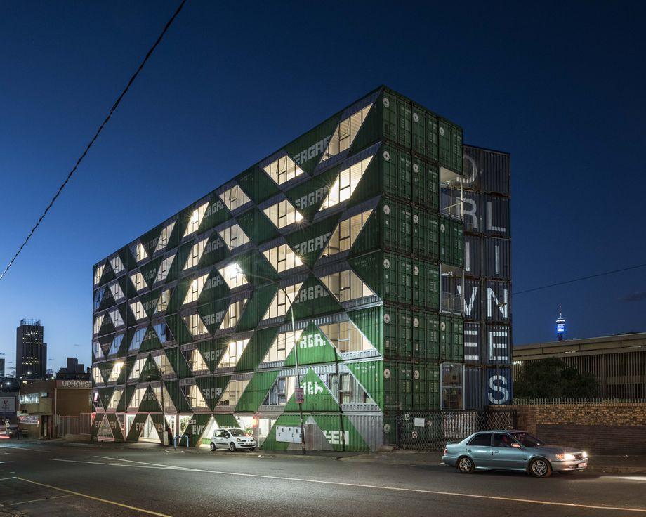 Edificio 140 contenedores marítimos - Exterior