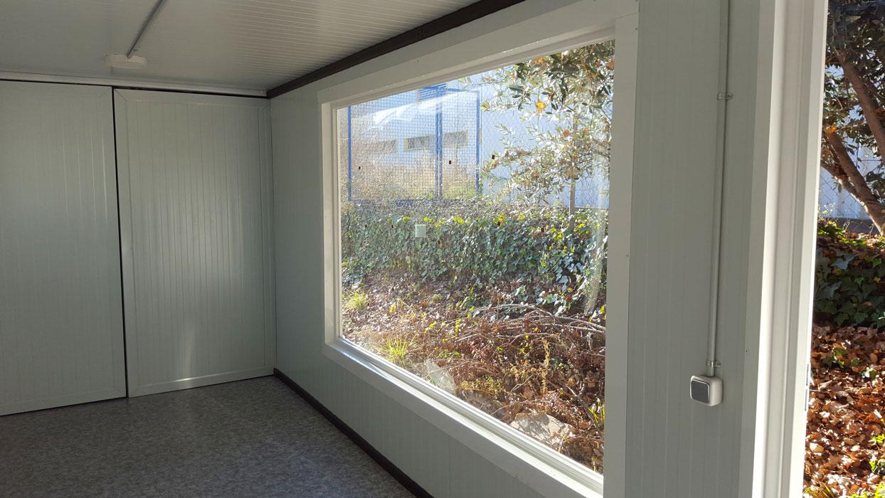 Contenedor 20' transformado en oficina con ventanas - Interior 1