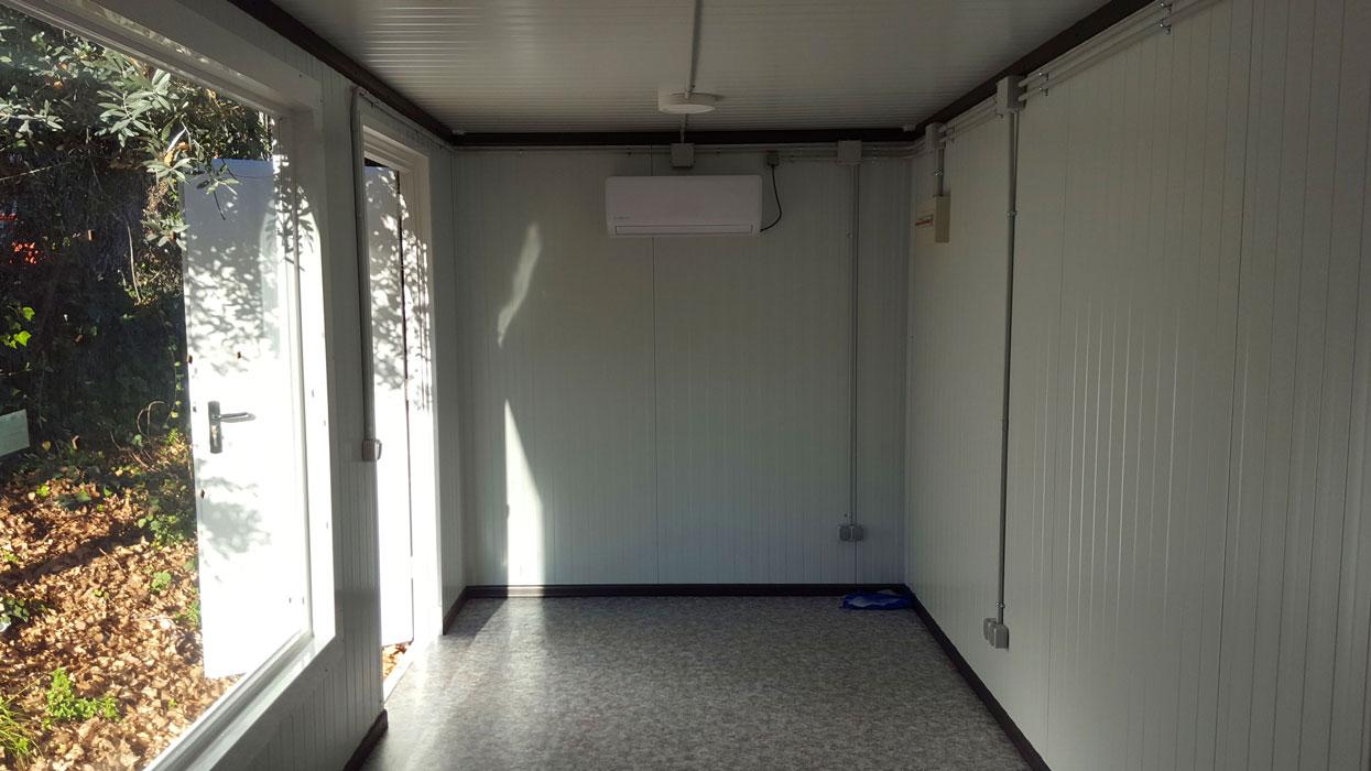 Contenedor 20' transformado en oficina con ventanas - Interior 3